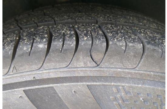 一汽大众捷达发动机舱漏水 锦湖轮胎开裂