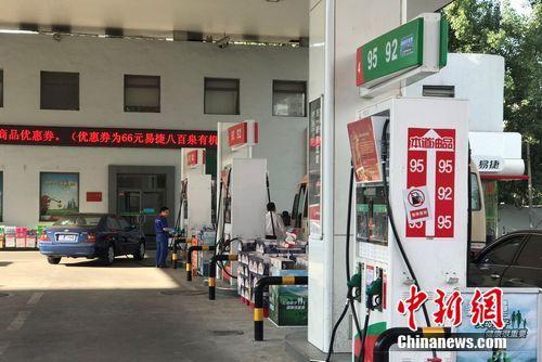 资料图:北京市北苑路上中石化一加油站。程春雨 摄