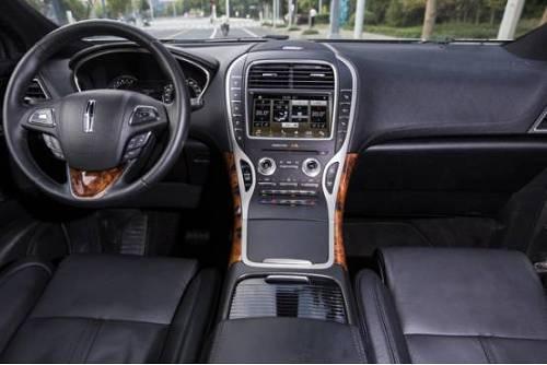 进到车内,林肯MKX并没有迎合年轻人对科技时尚感的追求,而是和外观一样走优雅、尊贵的路线。除了扑面而来的豪华感,还有一大亮点就是林肯MKX并没有像传统的汽车设置档把区,也没有旋钮,而是在靠近驾驶人员一侧的中控区设置了四个档位的按键,虽然说是比较人性化,但是一开始用还真的有点不大习惯。不过这也比较符合林肯受众的心理,要的就是大家不一样嘛。当然内饰部分我最喜欢的还是林肯的方向盘,毕竟拿来晒朋友圈最合适不过了。
