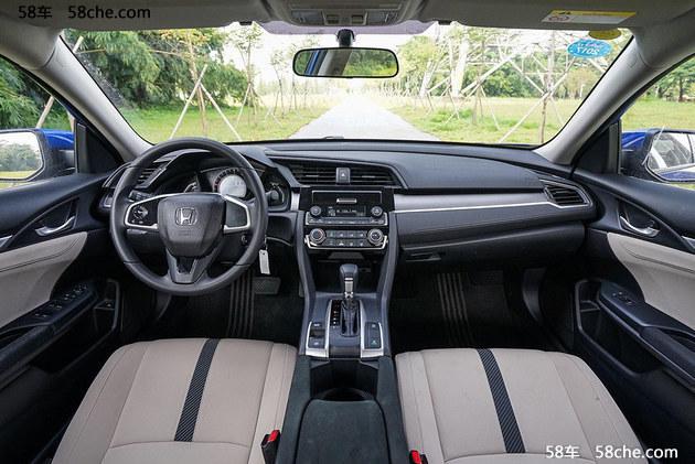 全新思域保留了大尺寸的中控液晶屏,采用中控面板偏向驾驶位的布局。中控台的设计更具层次感,采用统一的液晶仪表盘取代了原来的分离式仪表设计,驾驶员经常接触的方向盘和挡把的造型也有改进,整体设计更加简洁。