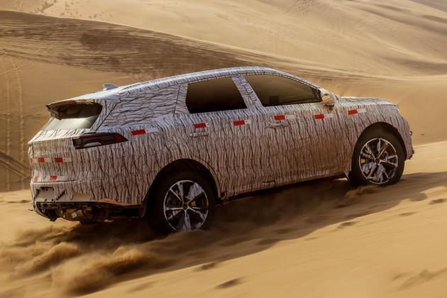 车尾方面,新车的尾灯设计与王朝概念车相近,C柱到D柱之间的距离较长,同时采用了双边双出排气系统和双色双五辐轮圈设计。