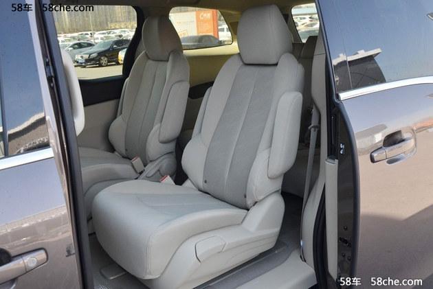 新车与上一代别克GL8保持一致。新车仪表台、中控以及空调出风口采用镀铬饰件。仪表台采用了酒红色的皮纹材质。车内座椅仍然采用2+2+3的布局,满足了全家出行的需求。座椅造型与乘坐舒适性与老款一致,其中前排主副驾驶均带有电动调节与座椅加热功能。第三排椅背为整体放倒,便利性较老款有退步。