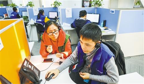 位于江苏南京的车置宝客服中心,工作人员正在接听来自全国各地的咨询电话。梁 睿摄