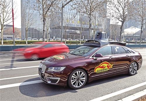 3月22日,一辆自动驾驶测试车辆行驶在位于北京经济技术开发区的开放测试道路上。 新华社记者 罗晓光摄