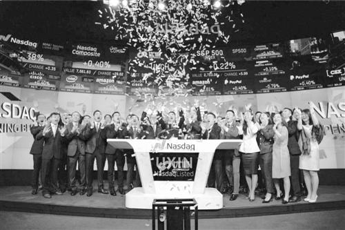 北京时间6月27日,二手车电商平台优信集团正式在纳斯达克(NASDAQ)上市,股票代码为UXIN。北京时间21点30分(美国当地时间9点30分),优信集团创始人、董事长兼CEO戴琨现身位于纽约时代广场的纳斯达克交易所,并在纳斯达克CEO鲍勃·格雷菲尔德的祝福中,敲响上市钟声。这也是国内首个登陆资本市场的二手车电商平台。