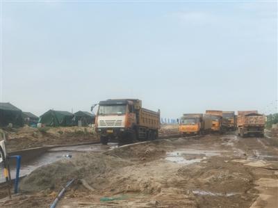 载重车辆在睿驰汽车计划建厂的地块上施工作业。
